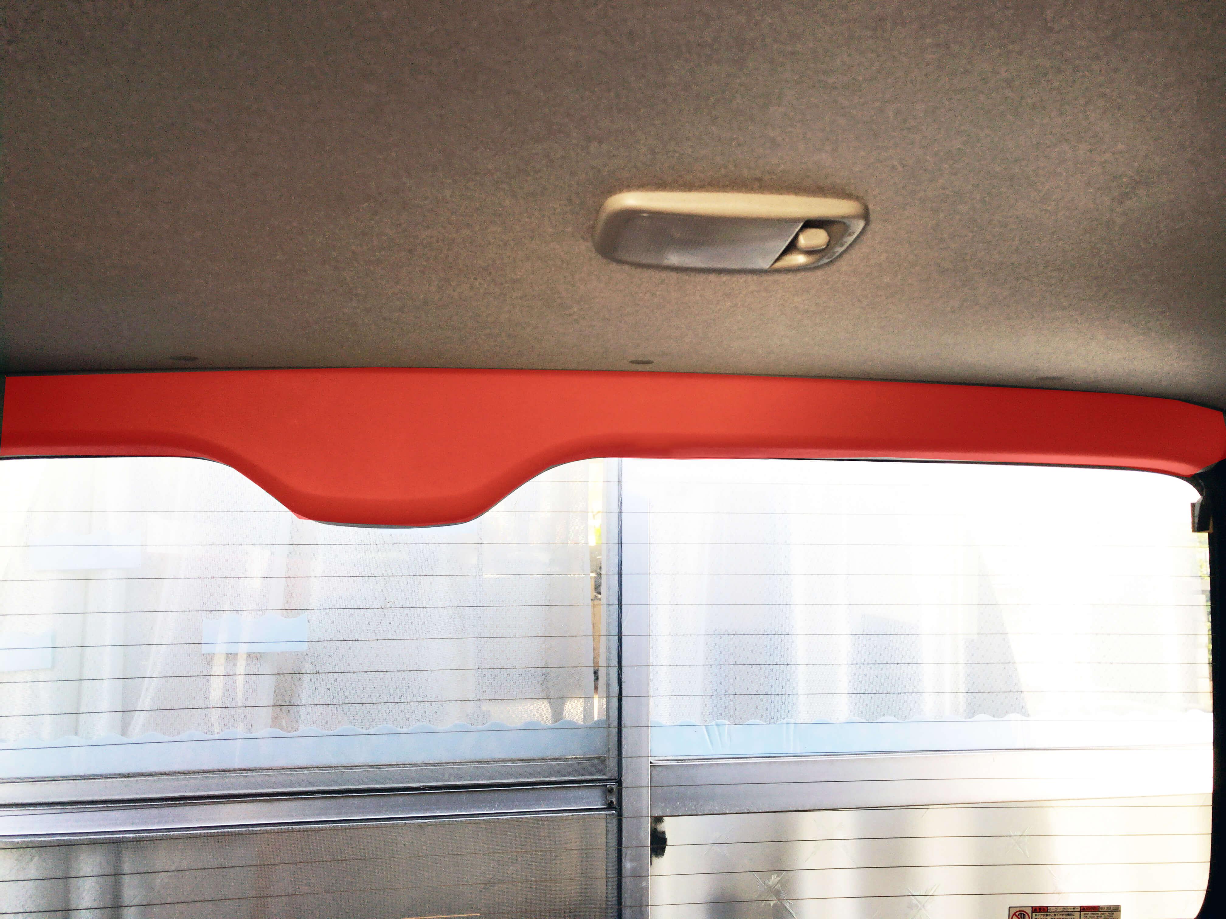 リアゲートの赤く塗られた内装パーツを外す