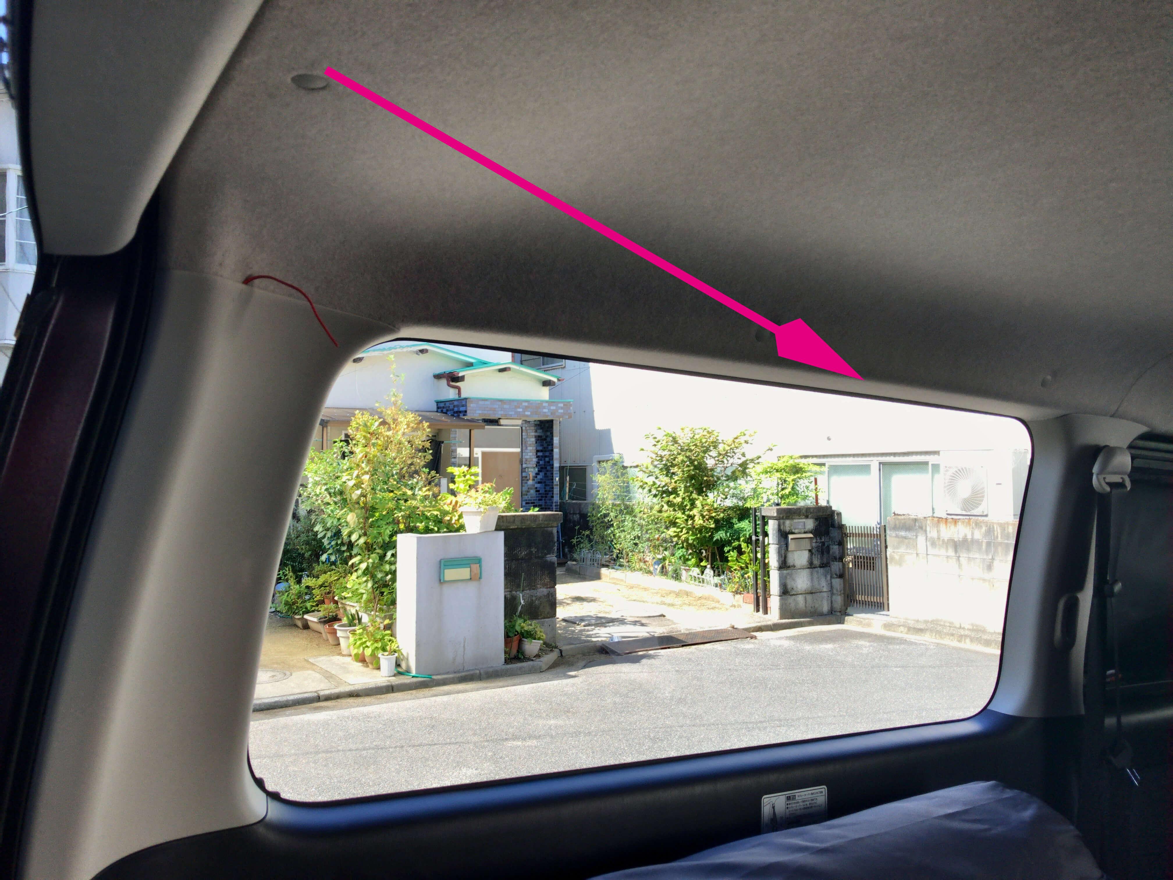 リアゲート側からリア窓に向けて「矢印」の方向に目がけて配線を押し込んでいく