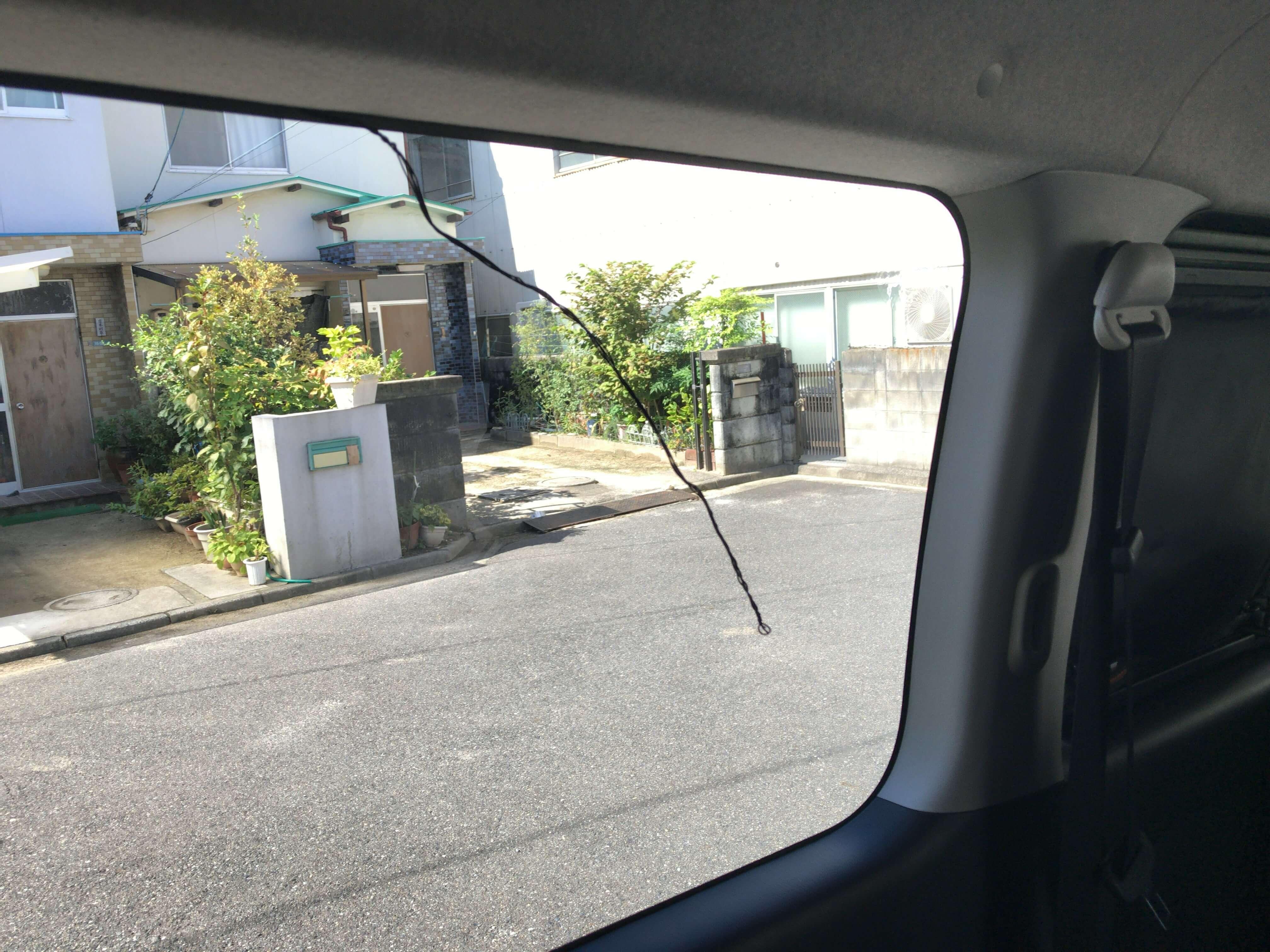 リア左側の窓の隙間からケーブル先に着けた針金が出てくる