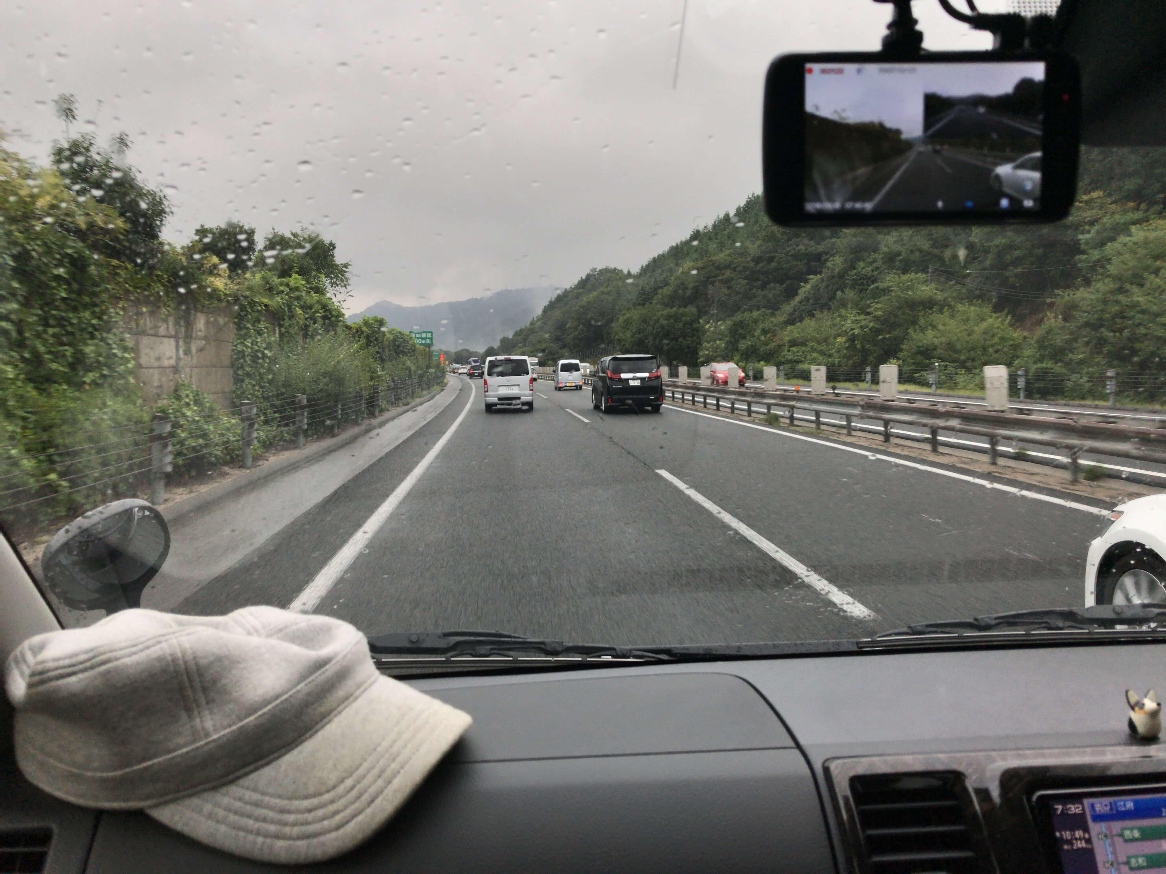 大山に向けて山陽道を走るハイエースの車窓