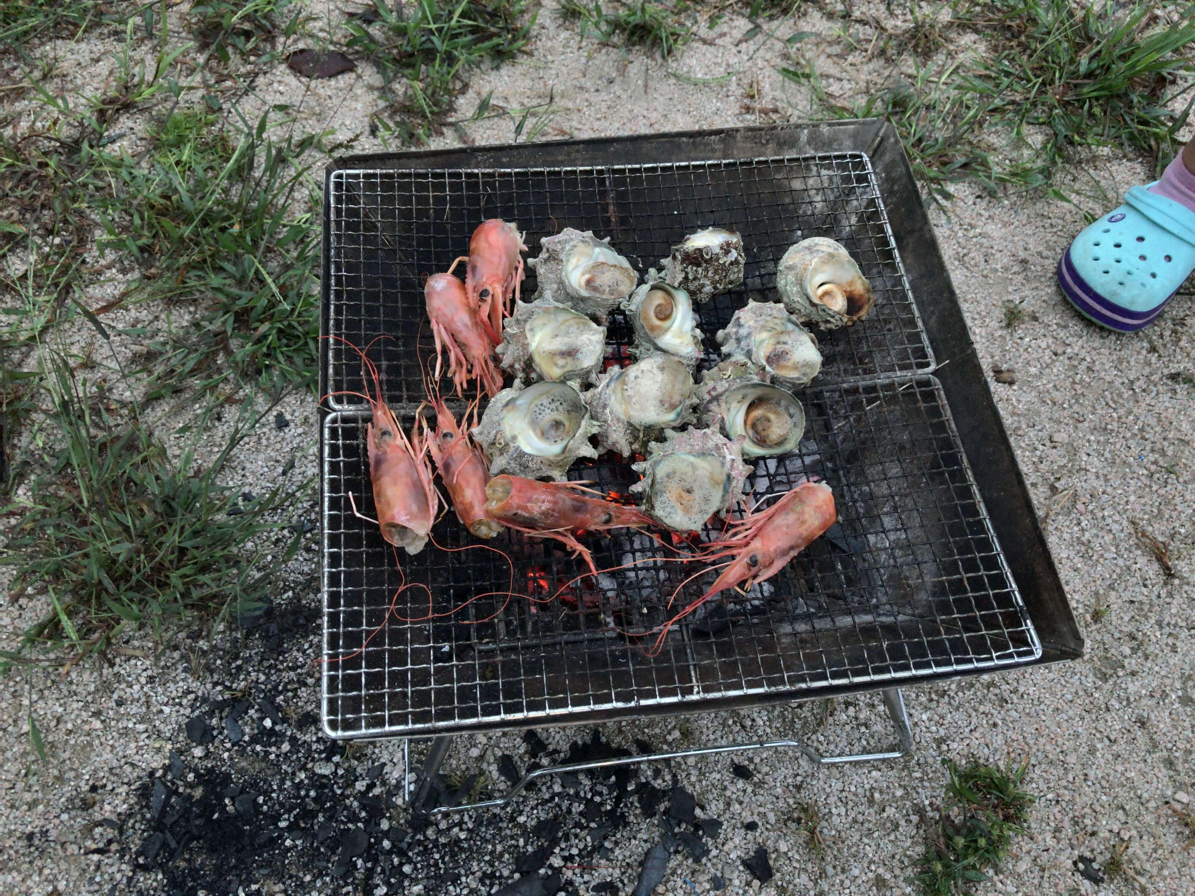 日本海の幸、サザエとエビのバーベキュー