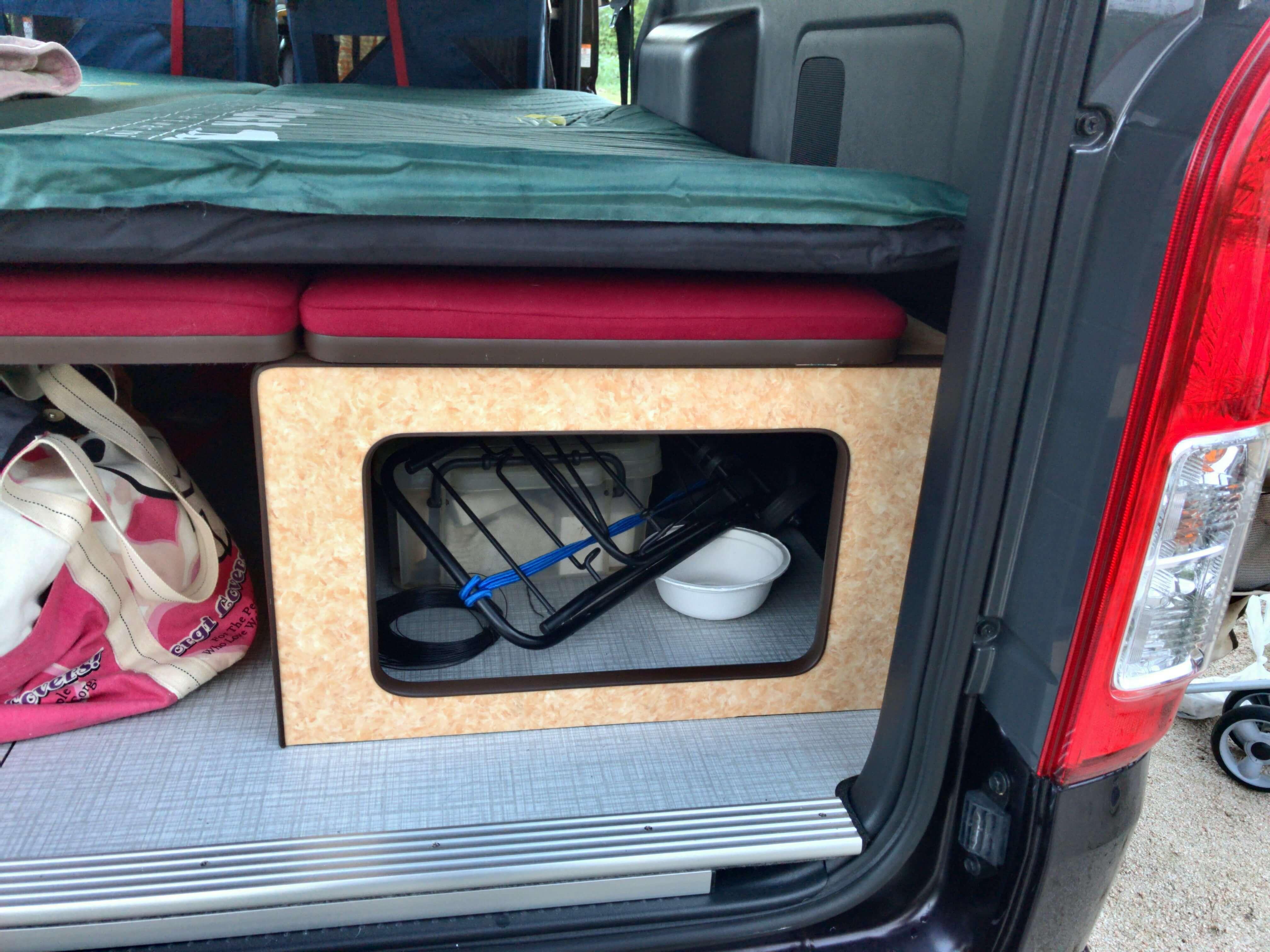 放り込み式の大容量の荷室スペースがあります。