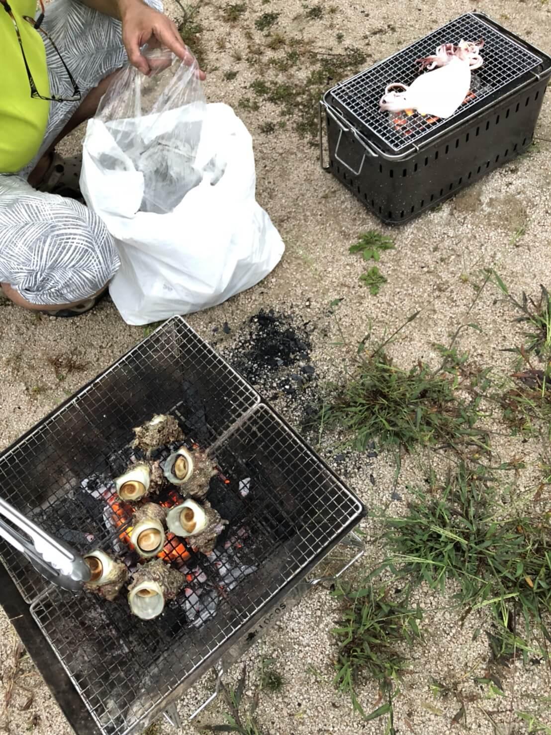 豪華なキャンプ飯サザエとイカの姿焼き