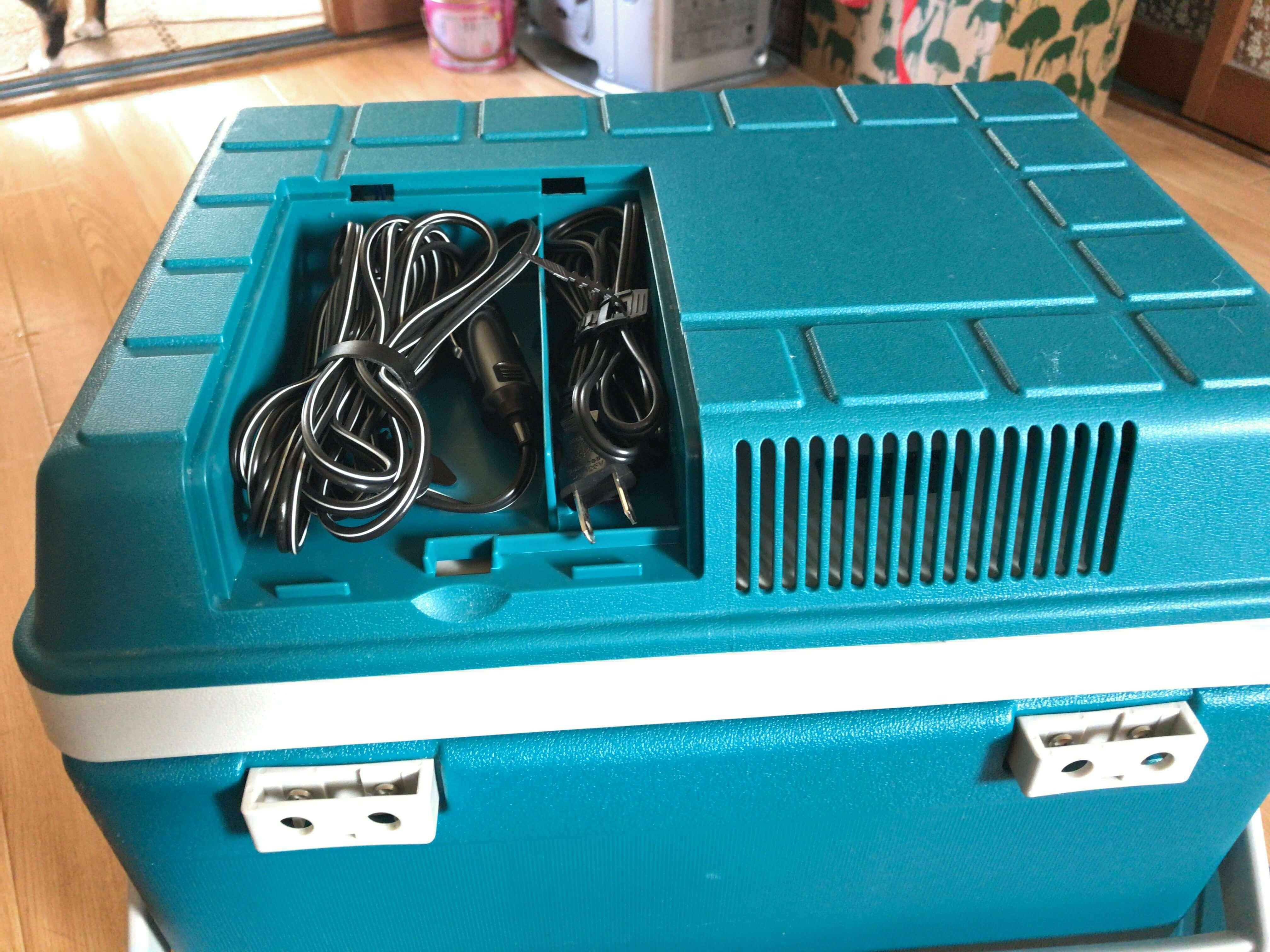 クーラーボックスのフタに収納されているAC-DCの電源コード