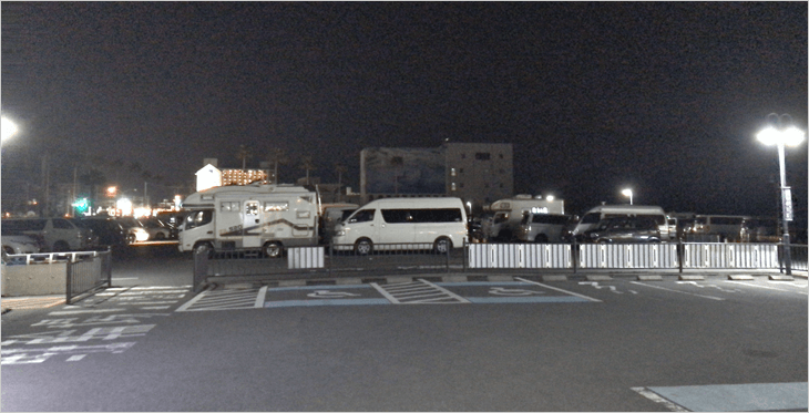 車中泊カー多数の伊東マリンタウンの駐車場