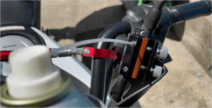 ワイヤーインジェクターの注油口にパーツクリーナーのノズルを差し込む