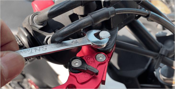 ブレーキ側のビレットレバーを固定
