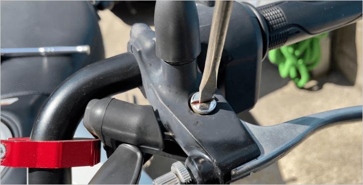 上側のボルトはマイナスドライバーで回せば外れます