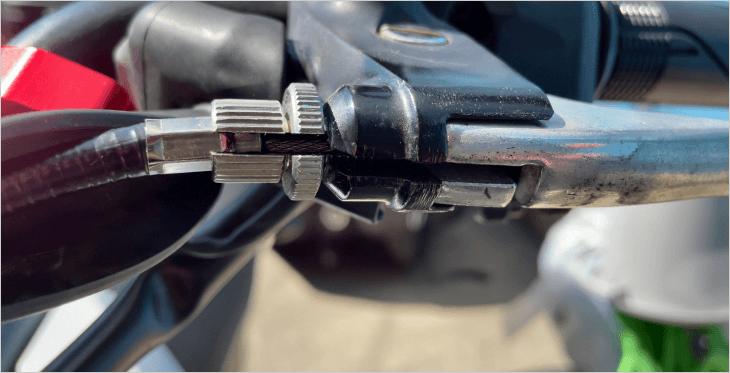ハンドル側の調整ボルトの切欠きを一直線に揃えます